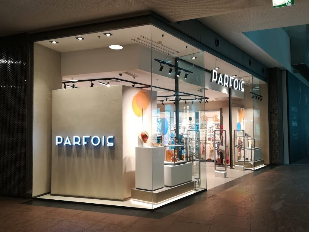 5 claves para diseñar el escaparate y la fachada de tu tienda de moda - Parfois (Lateral)